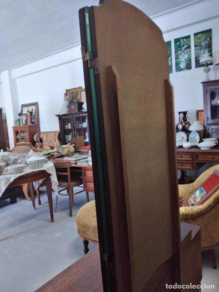 Antigüedades: Antiguo tocador de madera de nogal con espejo plegable,4 cajones tiradores de bronce, años 30/40 - Foto 17 - 260359770