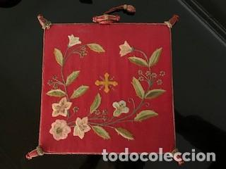 EXCEPCIONAL CARPETA PORTA CORPORALES BORDADA EN SEDA DE COLORES. S. XIX. (Antigüedades - Religiosas - Artículos Religiosos para Liturgias Antiguas)