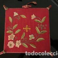 Antigüedades: EXCEPCIONAL CARPETA PORTA CORPORALES BORDADA EN SEDA DE COLORES. S. XIX.. Lote 260359975
