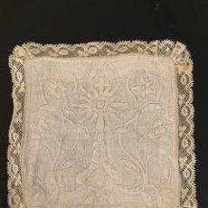 Antigüedades: ESPLENDIDA PALIA O HIJUELA COMPLETAMENTE BORDADA. ENCAJE DE BOLILLOS. S. XIX. Lote 260371615
