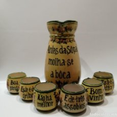 Antiquités: JUEGO DE JARRA Y 6 TAZAS, EN FAIANÇA DE ALCOBAÇA-PORTUGAL - FIRMADA E NUMERADA. Lote 260378035