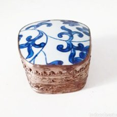 Antigüedades: CAJA, JOYERO DE PORCELANA CHINA ANTIGUA CON MOTIVOS FLORALES LABRADA CON BAÑO DE PLATA. Lote 260548305