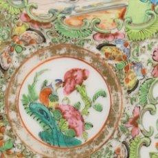 Antigüedades: PLATO PORCELANA CHINA CANTON DORADOS ESCENAS PALACIEGAS FAMILIA ROSA EXPORTACION EUROPA S XIX 21CMS. Lote 260591130