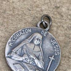 Antigüedades: MEDALLA DE PLATA CON RELIQUIA DE RELIGIOSA. Lote 260644955