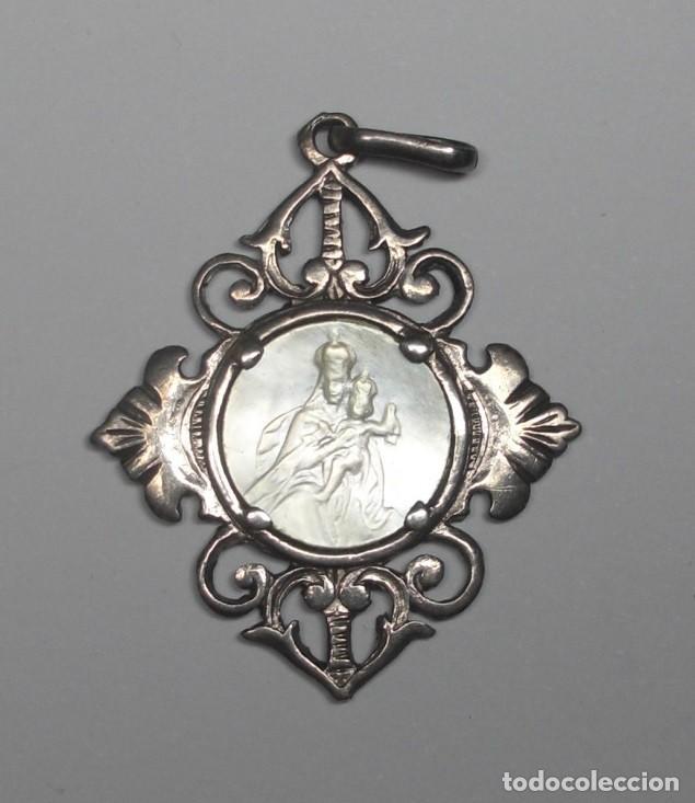 MEDALLA EN PLATA Y NACAR. CON INICIALES Y FECHA 1943. (Antigüedades - Religiosas - Medallas Antiguas)