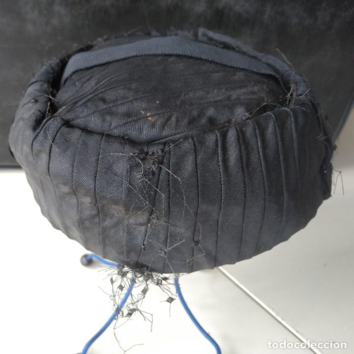 Antigüedades: Antiguo sombrero gorro tocado casquete. Negro. Daniela Elso. Madrid. Principio s. XX - Foto 2 - 260828450