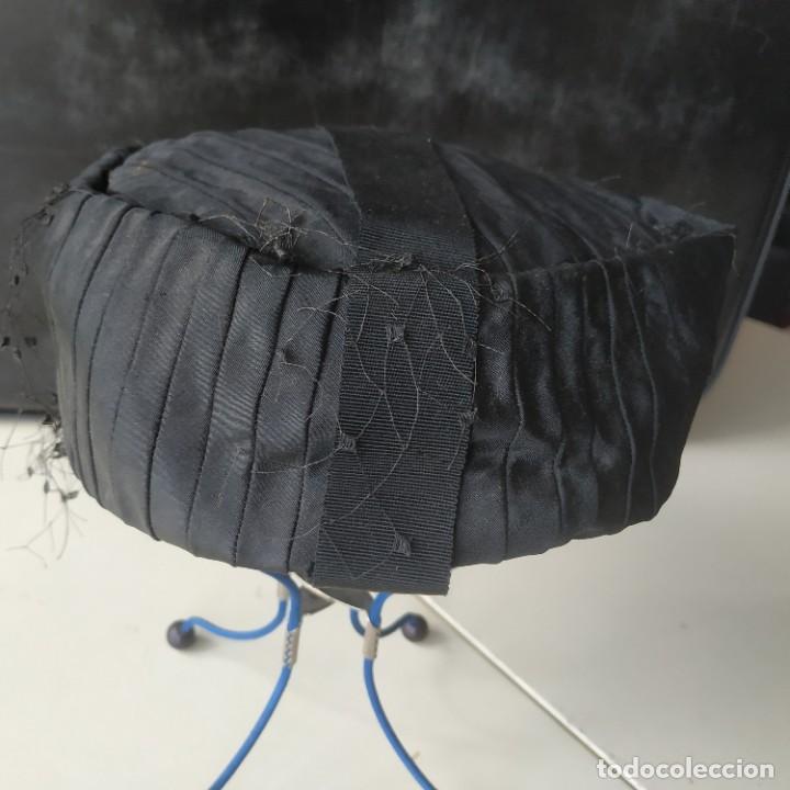 Antigüedades: Antiguo sombrero gorro tocado casquete. Negro. Daniela Elso. Madrid. Principio s. XX - Foto 3 - 260828450