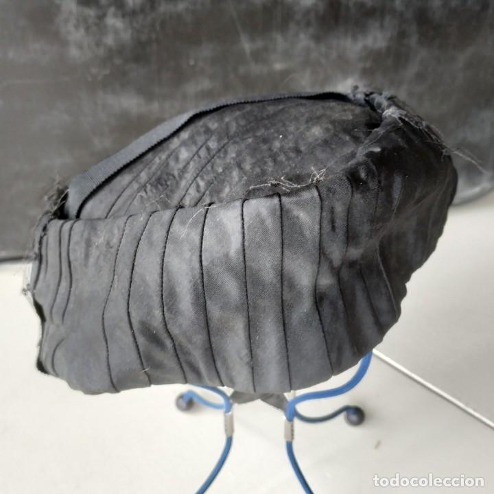Antigüedades: Antiguo sombrero gorro tocado casquete. Negro. Daniela Elso. Madrid. Principio s. XX - Foto 5 - 260828450