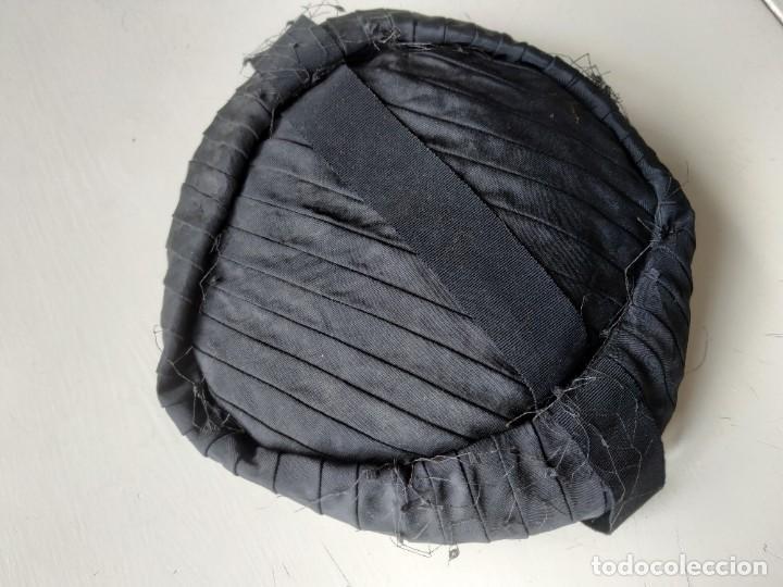 Antigüedades: Antiguo sombrero gorro tocado casquete. Negro. Daniela Elso. Madrid. Principio s. XX - Foto 6 - 260828450