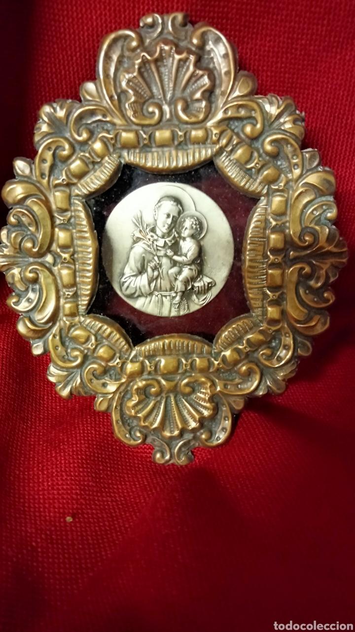 RELICARIO METAL REPUJADO CON SAN ANTONIO (Antigüedades - Religiosas - Orfebrería Antigua)