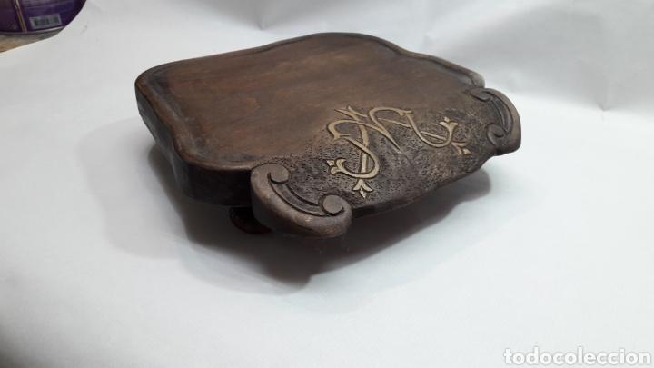 Antigüedades: PEANA DE MADERA RUSTICA TALLADA - Foto 3 - 261105245