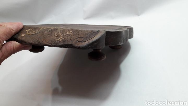 Antigüedades: PEANA DE MADERA RUSTICA TALLADA - Foto 6 - 261105245