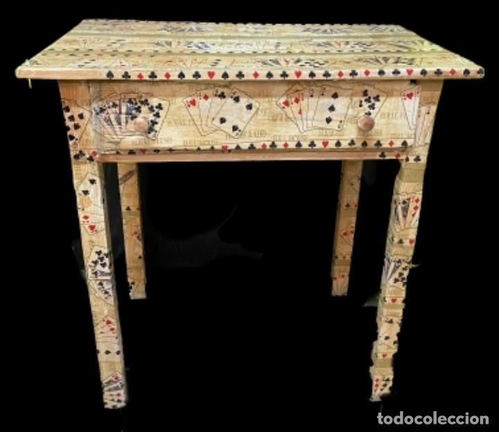 MESA TOCINERA ANTIGUA DECORADA CON NAIPES Y CARTAS, IDEAL (Antigüedades - Muebles Antiguos - Mesas Antiguas)