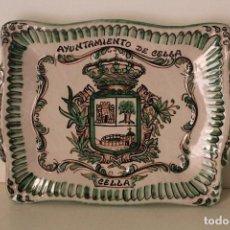 Antigüedades: BANDEJA AYUNTAMIENTO DE CELLA - CERÁMICA DOMINGO PUNTER. TERUEL.. Lote 261155140