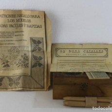 Antigüedades: CAJA CON BOLILLOS Y PATRONES PARA BORDADOS DE PUNTO DE CRUZ DE LOS AÑOS 40. Lote 261191400