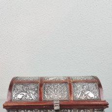 Antigüedades: COFRE BAUL JOYERO REALIZADO EN MADERA Y FORRADO DE PLATA DE LEY. PLATA 925.BUEN ESTADO. Lote 261294460