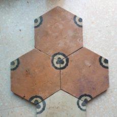 Antigüedades: LOTE DE 4 BALDOSAS HIDRÁULICAS CATALANAS HEXAGONALES DE BALAGUER NOGUERA LLEIDA 3 COLORES SIGLO XIX. Lote 261329710