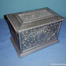 Antigüedades: PRECIOSO ANTIGUO COFRE JOYERO DE METAL CON GRABADOS EN MUY BUEN ESTADO. Lote 261362300