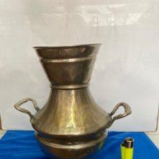 Antigüedades: GRAN JARRA O JARRÓN DE LATÓN PLATEADO, ANTIGUO AÑOS 60. Lote 261546605