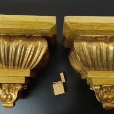 Antigüedades: PAREJA DE ENORMES MENSULAS EN MADERA TALLADA Y DECORADAS EN PAN DE ORO. ALT 23. ANCHO 28. FONDO 24. Lote 261535870