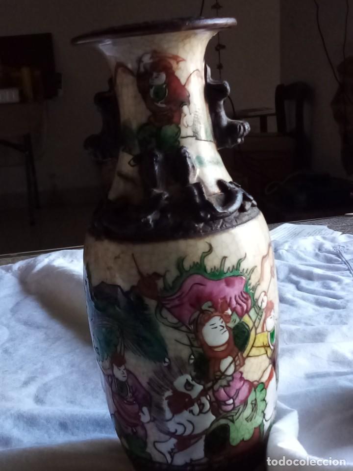 JARRÓN ORIENTAL CON GUERREROS FIRMADO (Antigüedades - Porcelanas y Cerámicas - Otras)