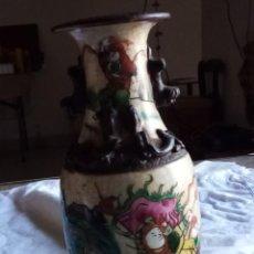 Antigüedades: JARRÓN ORIENTAL CON GUERREROS FIRMADO. Lote 261585880
