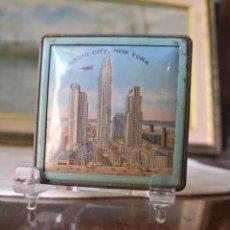 Antiguidades: ANTIGUA POLVERA COLECCION- CON DIBUJO RASCACIELOS Y LETRAS RADIO CITY NEW YORK (TEATRO)AÑOS 50-600. Lote 261610130