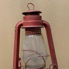Antigüedades: LAMPARA QUINQUE PORTATIL CANDIL CHALWYN PETROLEO ROJO CHAPA ASA COLGAR ILUMINACION PPIO S XX 29X17C. Lote 261658420