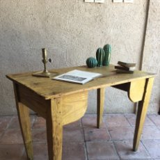 Antigüedades: MESA ANTIGUA RÚSTICA DE MADERA DE PINO - IDEAL PARA LAVABO - MESA CASTELLANA. Lote 261793265