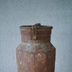 Antigüedades: ANTIGUA LECHERA, GRANDE. 25 LITROS. INSCRIPCION PERE BAHENT. ALTO 56 CM. Lote 261812010