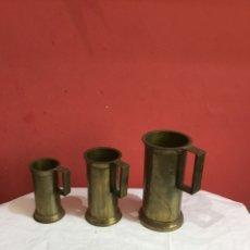 Antigüedades: LOTE JUEGO DE 3 JARRAS DE METAL ANTIGUAS .VER FOTOS. Lote 261870620