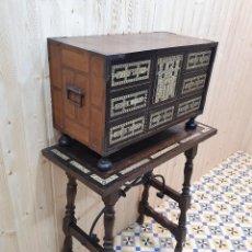 Antigüedades: ANTIGUO BARGUEÑO CON SU MESA A JUEGO S.XIX CON INCRUSTACIONES DE MARFIL. Lote 261887350