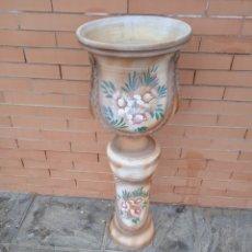 Antigüedades: ANTIGUA MACETA COPA CON PIE PINTADA A MANO. Lote 261914280