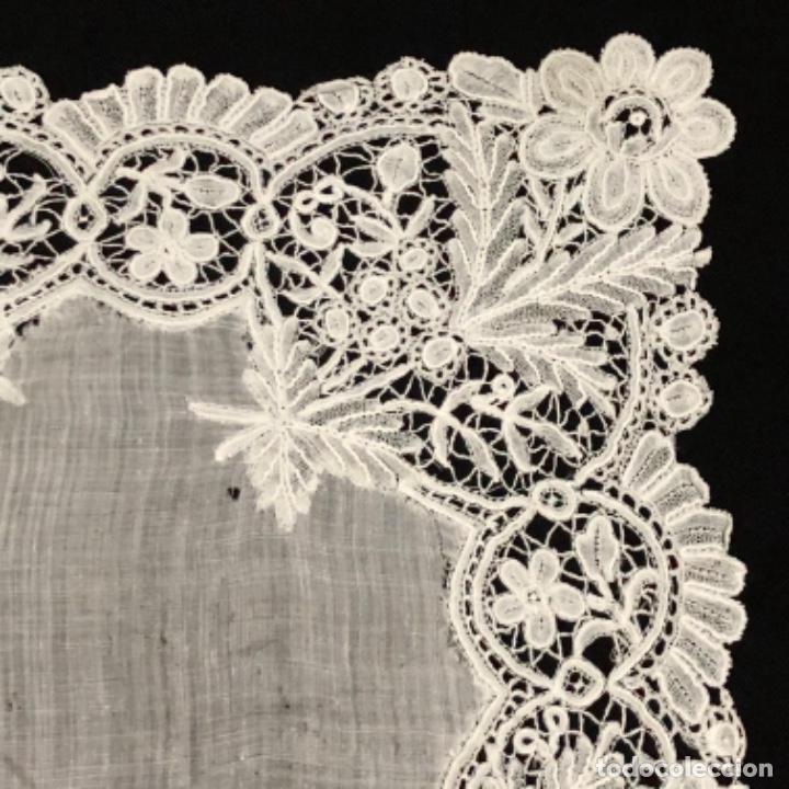Antigüedades: Sensacional Pañuelo de encaje duquesa siglo XIX novia o dolorosa 33,5 x 33 cm - Foto 2 - 261935260