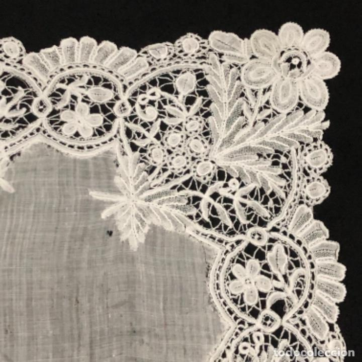 Antigüedades: Sensacional Pañuelo de encaje duquesa siglo XIX novia o dolorosa 33,5 x 33 cm - Foto 3 - 261935260