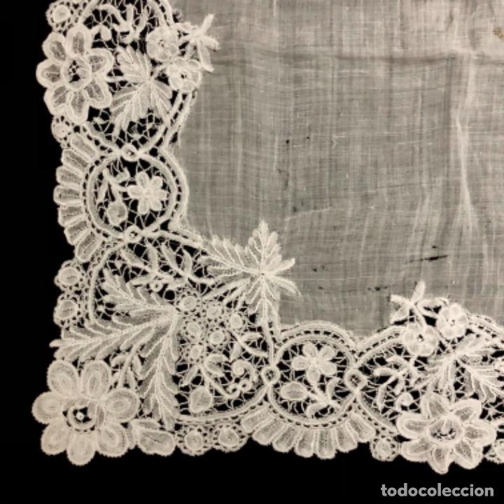 Antigüedades: Sensacional Pañuelo de encaje duquesa siglo XIX novia o dolorosa 33,5 x 33 cm - Foto 4 - 261935260