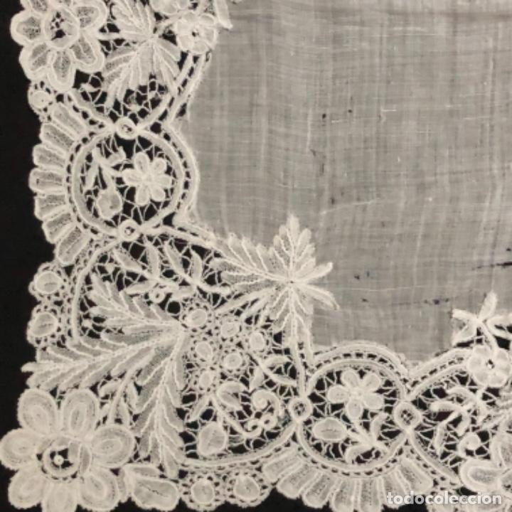 Antigüedades: Sensacional Pañuelo de encaje duquesa siglo XIX novia o dolorosa 33,5 x 33 cm - Foto 5 - 261935260