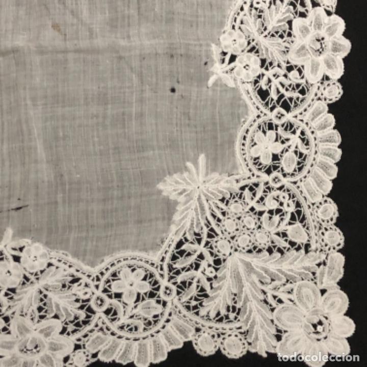 Antigüedades: Sensacional Pañuelo de encaje duquesa siglo XIX novia o dolorosa 33,5 x 33 cm - Foto 6 - 261935260