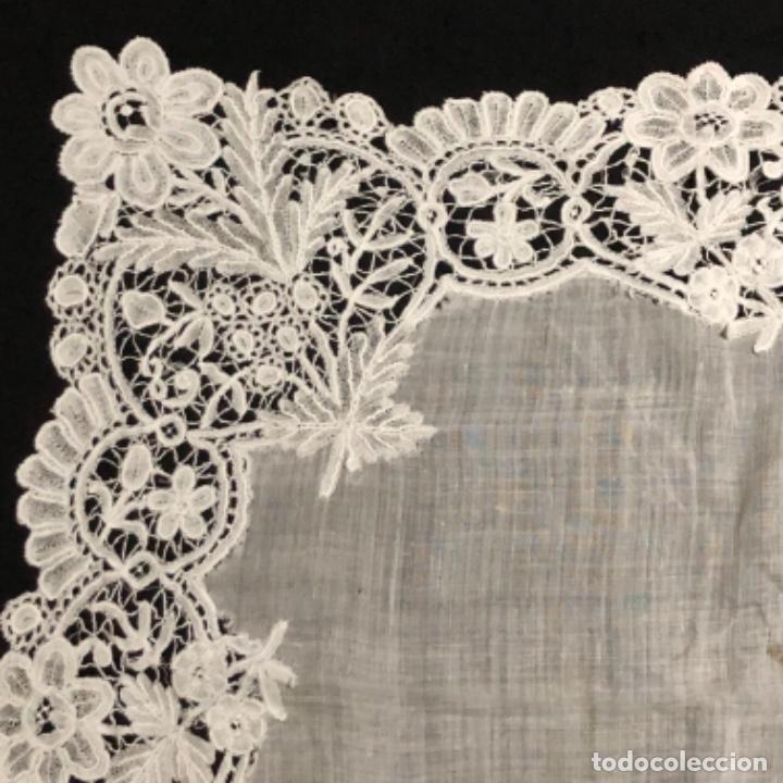 Antigüedades: Sensacional Pañuelo de encaje duquesa siglo XIX novia o dolorosa 33,5 x 33 cm - Foto 7 - 261935260