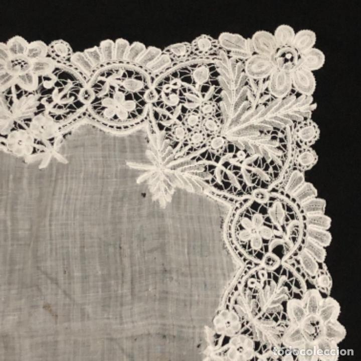 Antigüedades: Sensacional Pañuelo de encaje duquesa siglo XIX novia o dolorosa 33,5 x 33 cm - Foto 8 - 261935260