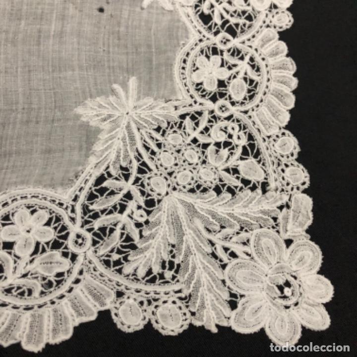 Antigüedades: Sensacional Pañuelo de encaje duquesa siglo XIX novia o dolorosa 33,5 x 33 cm - Foto 9 - 261935260