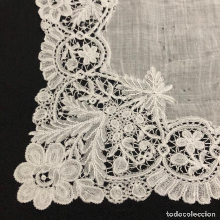 Antigüedades: Sensacional Pañuelo de encaje duquesa siglo XIX novia o dolorosa 33,5 x 33 cm - Foto 10 - 261935260