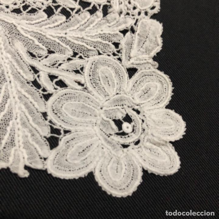 Antigüedades: Sensacional Pañuelo de encaje duquesa siglo XIX novia o dolorosa 33,5 x 33 cm - Foto 11 - 261935260