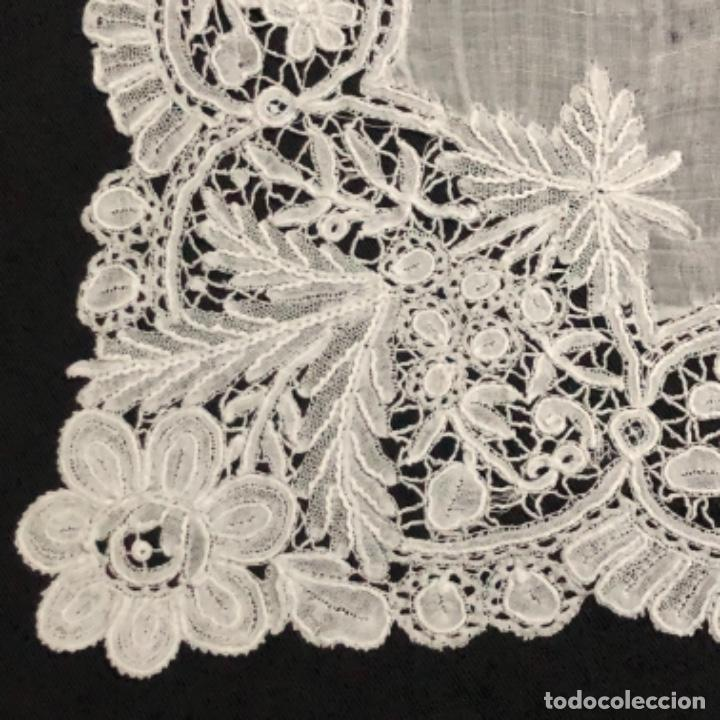Antigüedades: Sensacional Pañuelo de encaje duquesa siglo XIX novia o dolorosa 33,5 x 33 cm - Foto 12 - 261935260