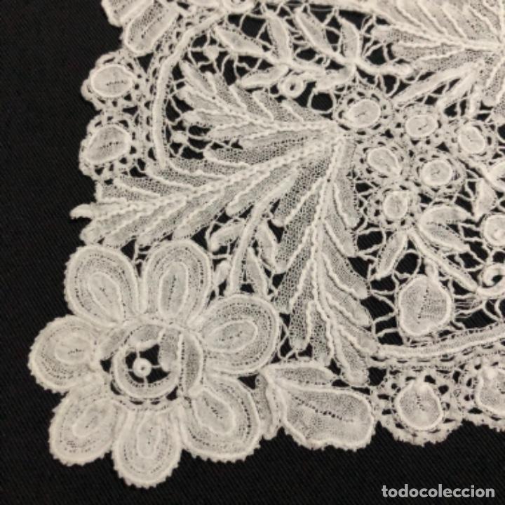 Antigüedades: Sensacional Pañuelo de encaje duquesa siglo XIX novia o dolorosa 33,5 x 33 cm - Foto 13 - 261935260