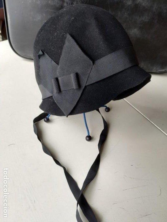 ANTIGUO SOMBRERO GORRO CLOCHÉ DE FIELTRO NEGRO. GERMAINE ORTIZ, MODES. AÑOS 20. DESCOSIDO (Antigüedades - Moda - Sombreros Antiguos)