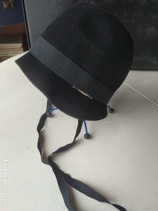 Antigüedades: Antiguo sombrero gorro cloché de fieltro negro. Germaine Ortiz, modes. Años 20. Descosido - Foto 2 - 261938900