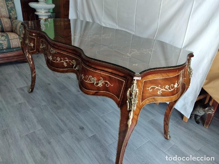 Antigüedades: Exquisita mesa de despacho Luis xv con marquetería, bronce base de cristal y pintada a mano. - Foto 5 - 261960205