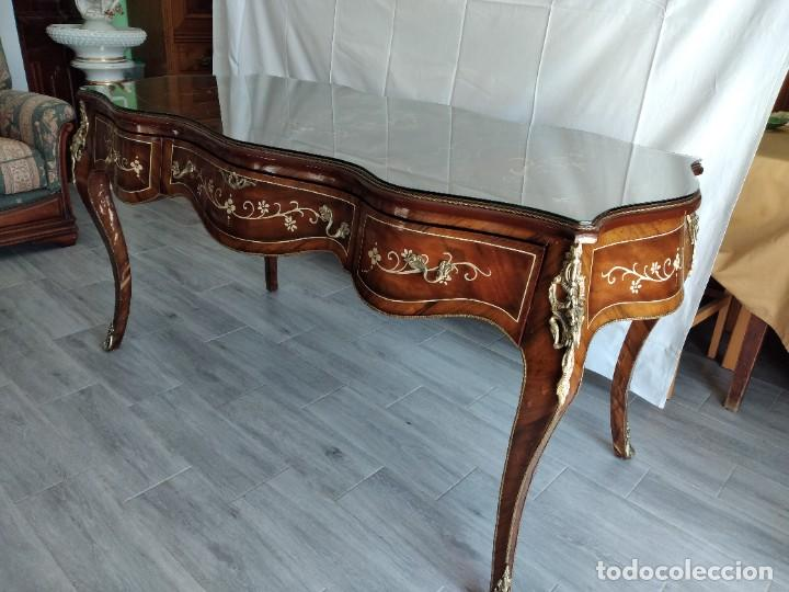 Antigüedades: Exquisita mesa de despacho Luis xv con marquetería, bronce base de cristal y pintada a mano. - Foto 6 - 261960205