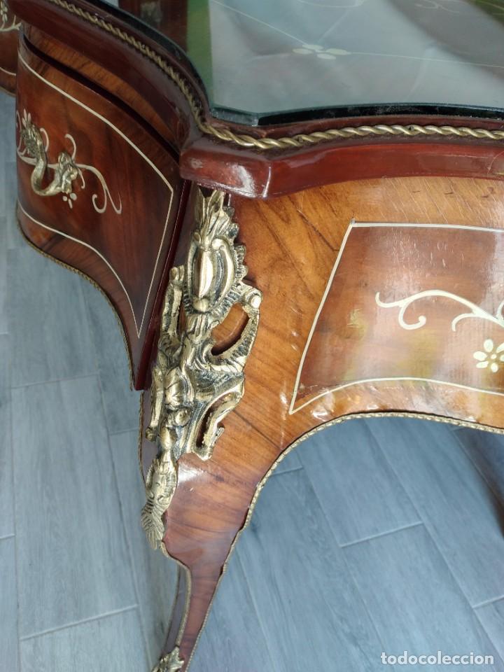 Antigüedades: Exquisita mesa de despacho Luis xv con marquetería, bronce base de cristal y pintada a mano. - Foto 8 - 261960205
